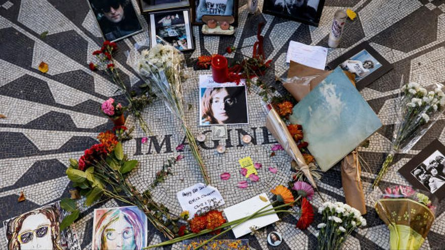 Fans de John Lennon celebran en Nueva York el que habría sido el 80 cumpleaños del cantante