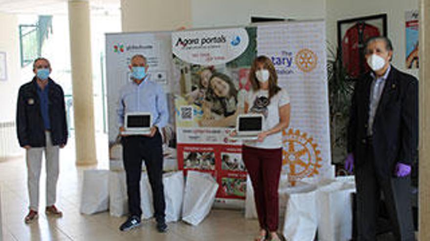 Donación de material informático en el Colegio Agora Portals