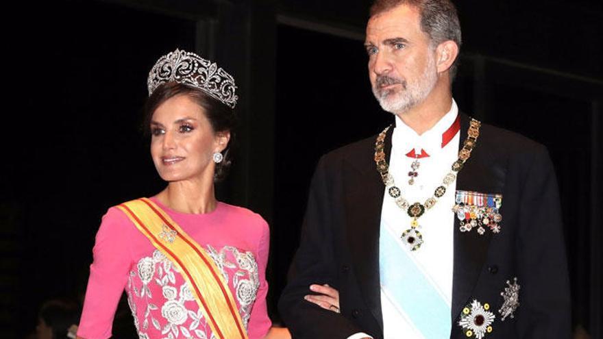 La Reina Letizia conquista Japón de rosa y con la Tiara de Lis