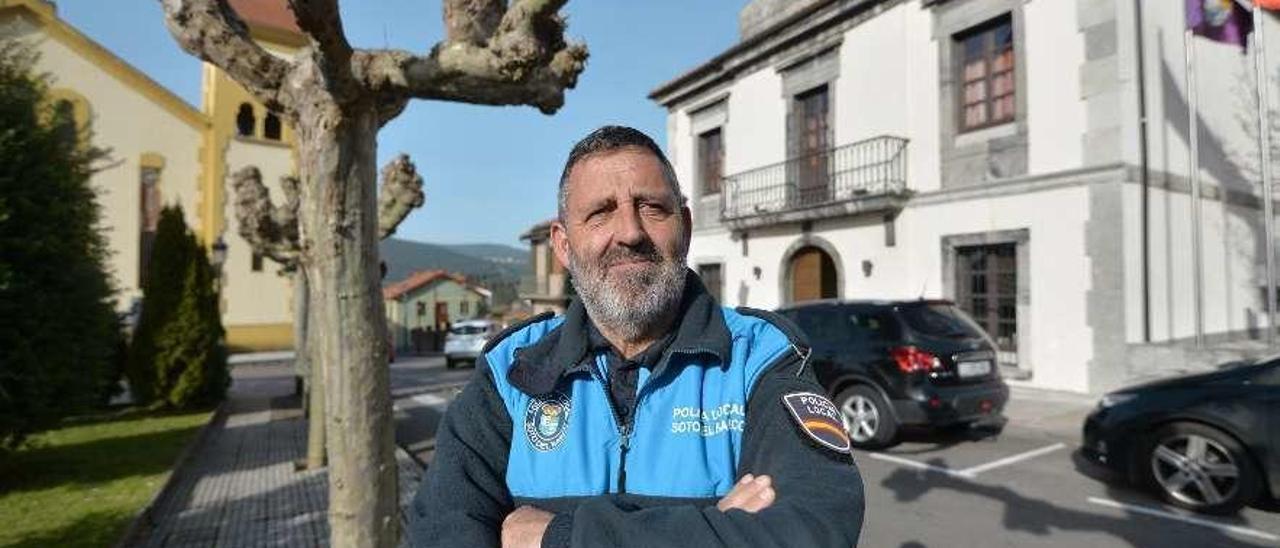 Jaime Pérez Lorente, en la plaza del Ayuntamiento de Soto del Barco.
