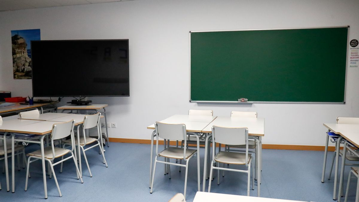Un aula vacía. Los alumnos reciben clases vía telemática.
