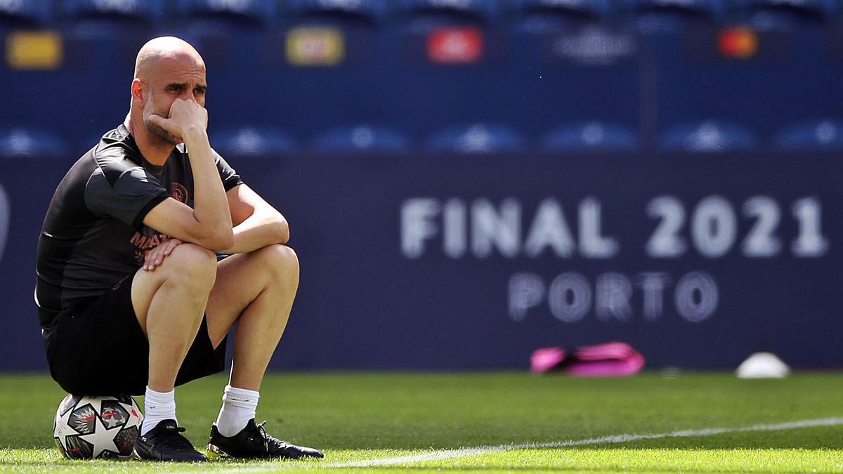Pep Guardiola, durante el entrenamiento del City ayer en Oporto.    // EUROPA PRESS
