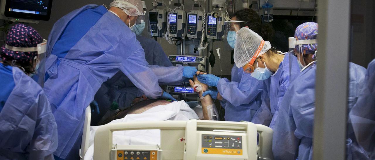 Profesionales sanitarios en el HUCA.