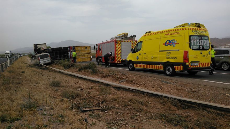 Cuatro kilómetros de retenciones en la A-7 tras chocar una furgoneta y un camión