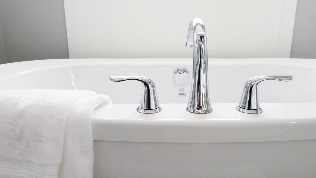 La bañera tiene que estar resplandeciente para que el cuarto de baño de buen aspecto