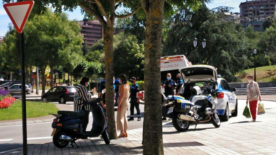 Accidente al chocar un coche y un ciclomotor en Periodistas Cepeda