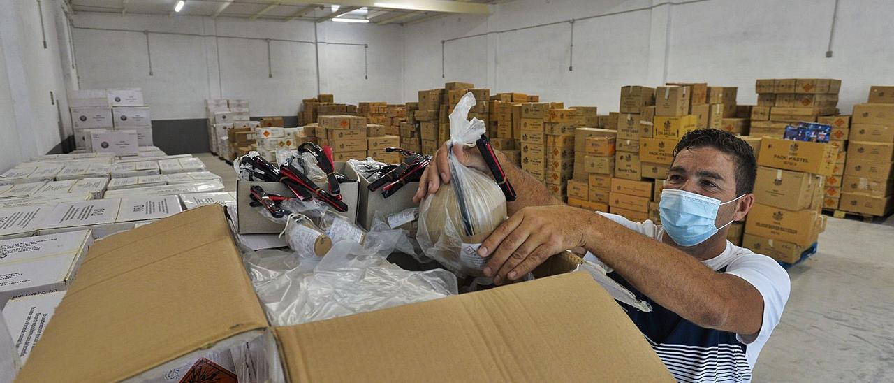 Francisco Jiménez, moviendo algunos de los artículos pirotécnicos que se almacenan en la nave más grande de su taller.