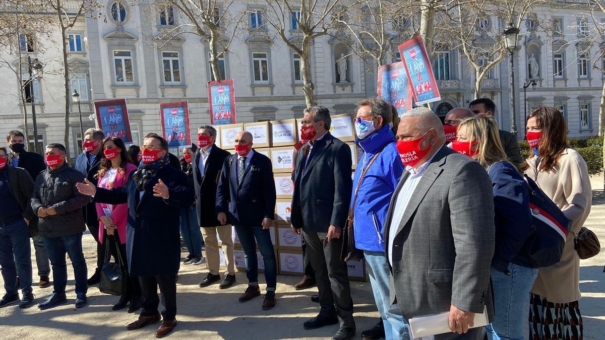 Los hosteleros durante la protesta de hoy en Madrid