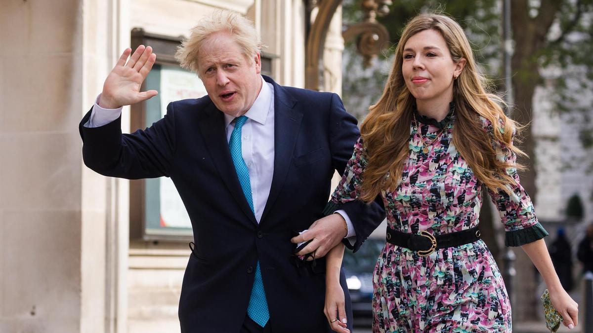 Boris Johnson ha acudido a votar junto a su pareja, Carrie Symonds.