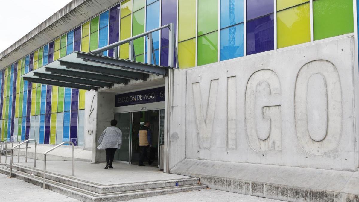 Acceso a la estación de Guixar, donde arribó el tren desde Barcelona con una contagiada // Alba Villar