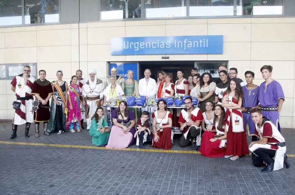 Los festeros de Moros y Cristianos visitan el Hospital Materno Infantil de la Arrixaca