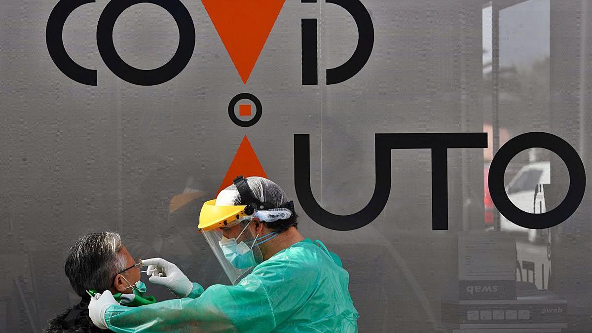 Un sanitario realiza una prueba PCR en un cribado en A Coruña. |   // CARLOS PARDELLAS