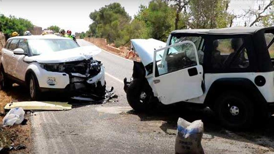 Choque frontal entre dos coches todoterreno en la carretera de s'Estanyol