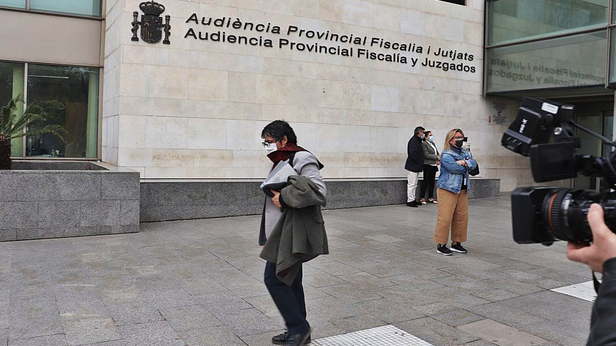 El educador acusado de abusos a una menor tutelada, a su salida ayer de los juzgados. | I. CABANES