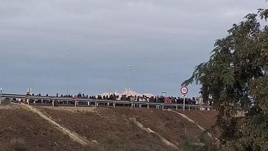 Vecinos de Los Alcázares cortan la AP-7 como protesta