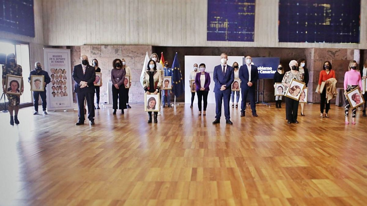 Las protagonistas posaron en la foto de familia junto a Ángel Víctor Torres, Manolo López, Miguel Concepción y Milagros Luis Brito. Abajo, Charo Borges ejerció como portavoz de las reconocidas y Michelle Alonso, en el momento de recibir su cuadro.
