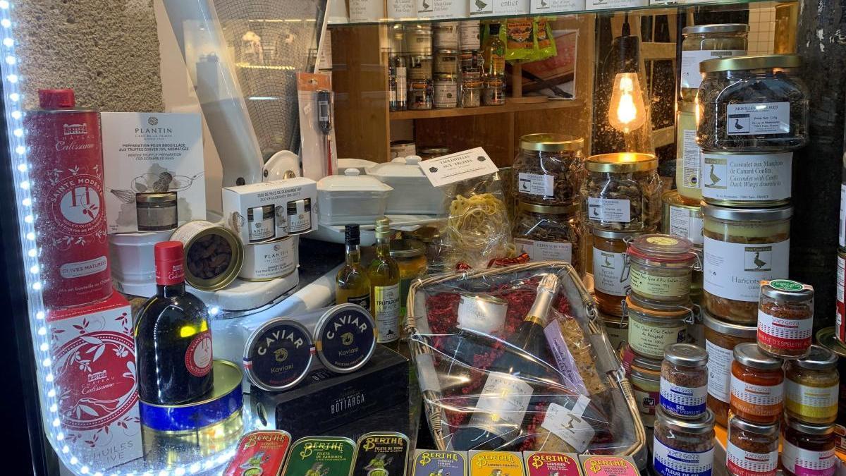Vista de una tienda de alimentación en la que se vende foie en París.