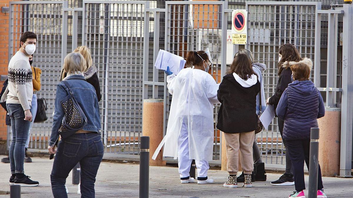 Colas a las puertas de un centro de salud de Xàtiva durante la pandemia. | PERALES IBORRA