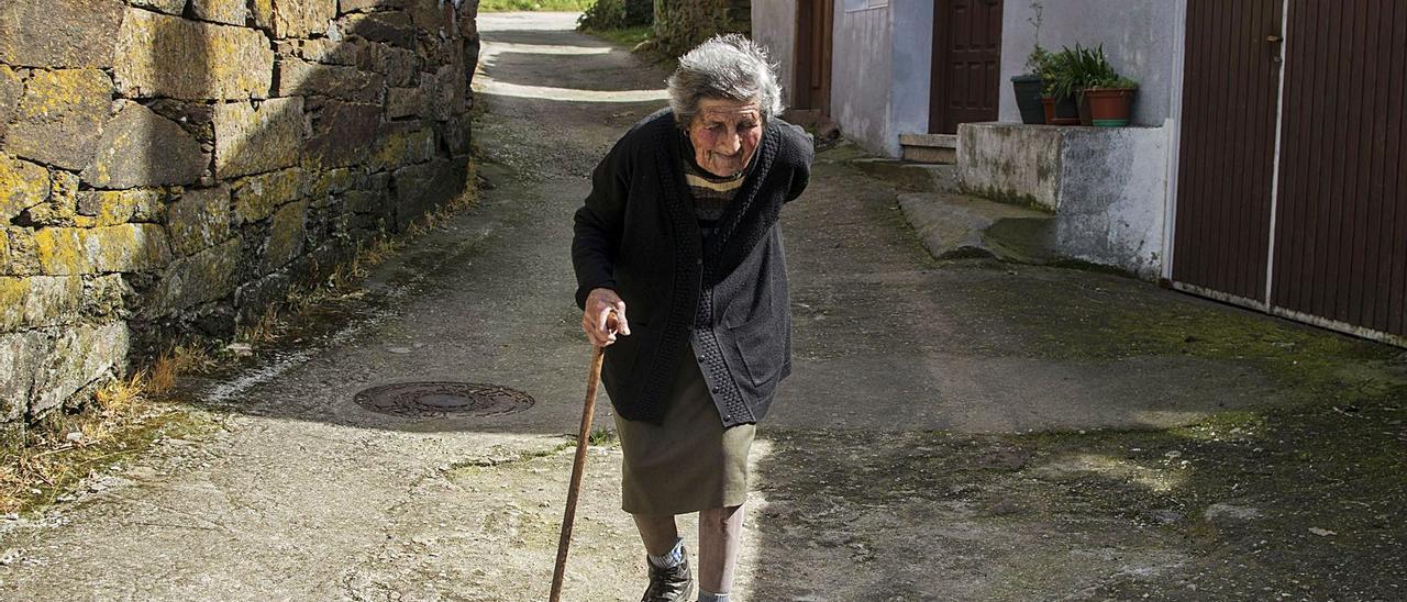 Eladia, de 99 años, era la única vecina permanente en el año 2014 de Noguedo, en Castro Caldelas.