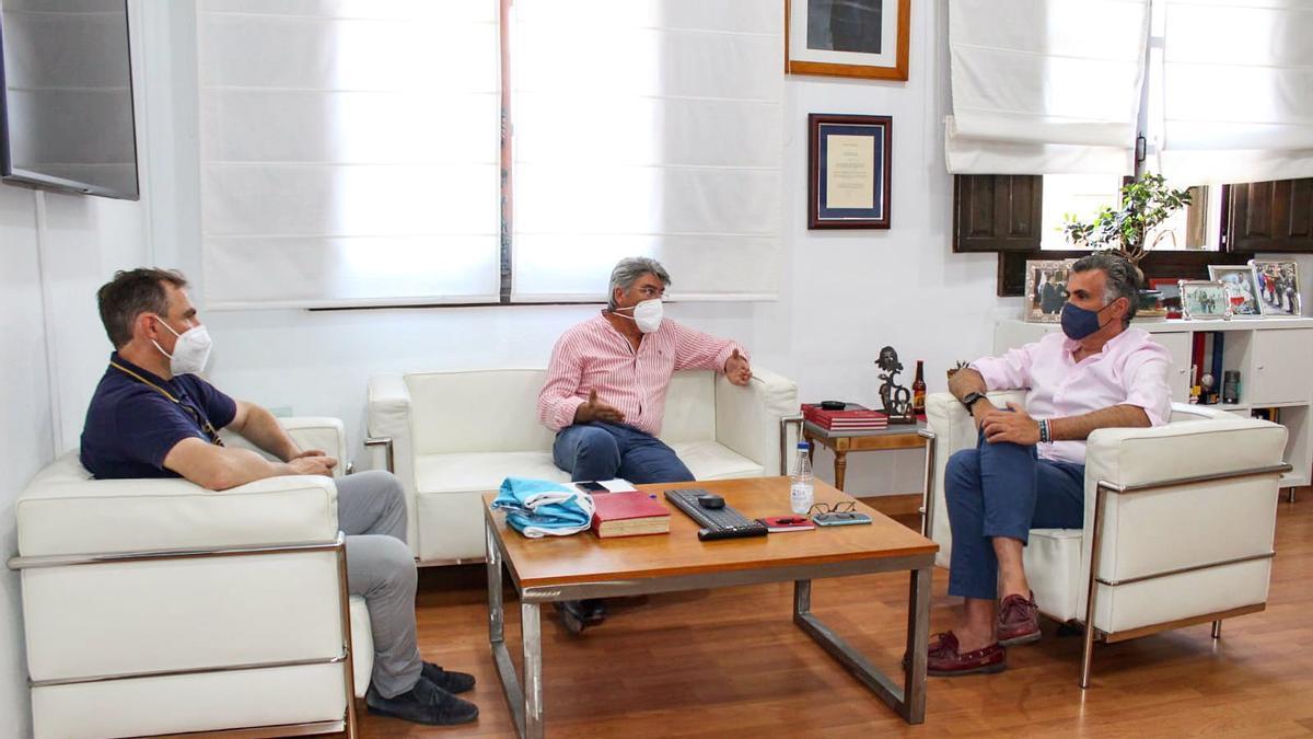 Reunión del alcalde de Coria con directivos del club.