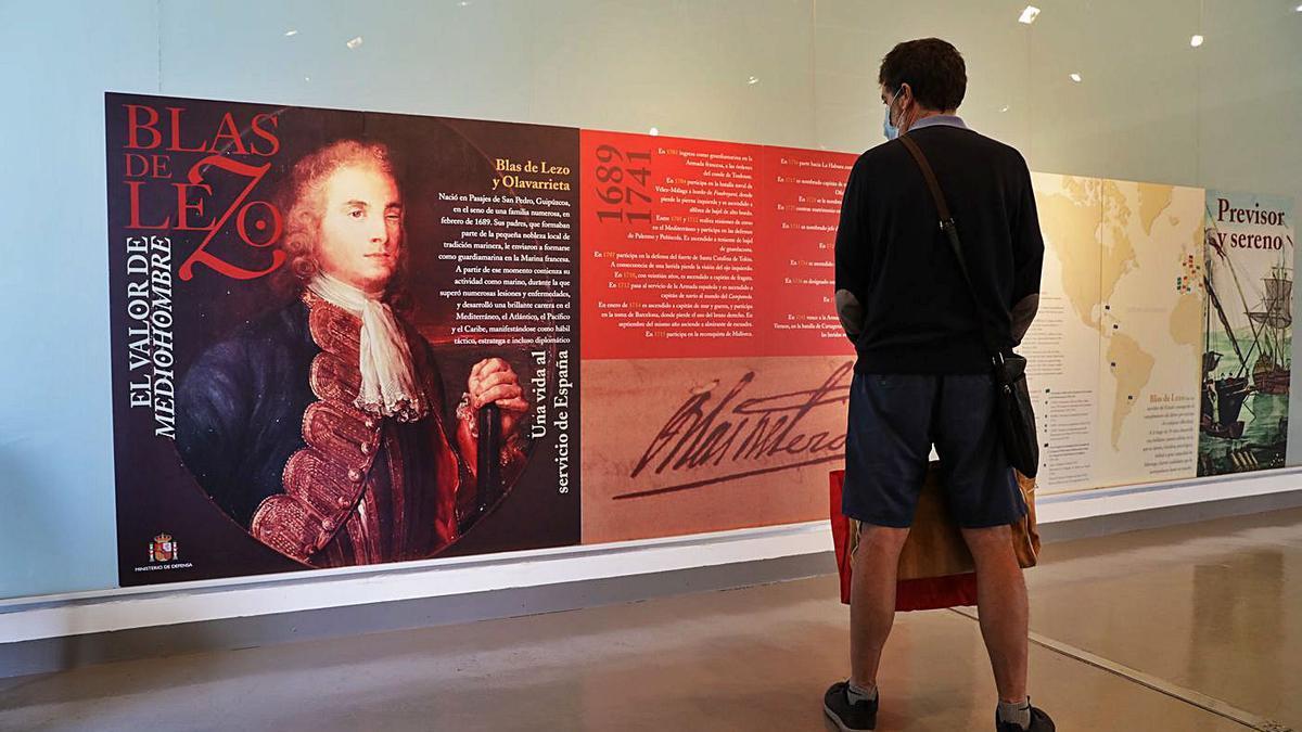 Uno de los visitantes ayer a la exposición. | Juan Plaza