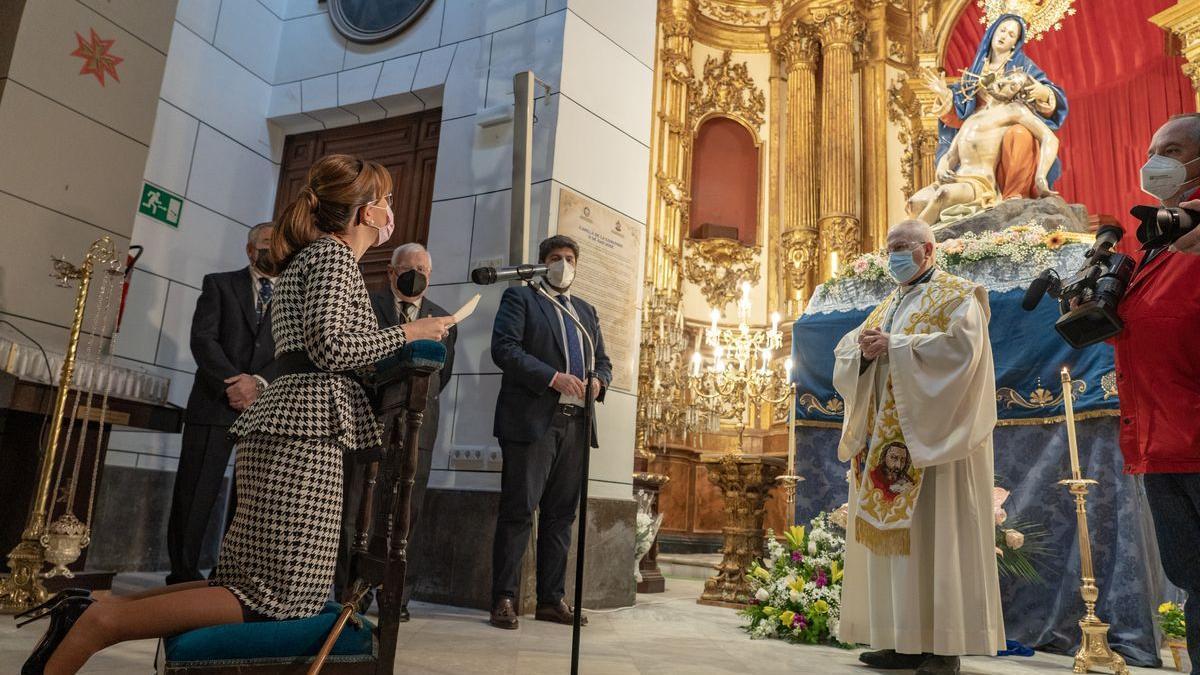La alcaldesa ante la Patrona en la entrega de una 'Onza de oro' que ha adelantado su celebración