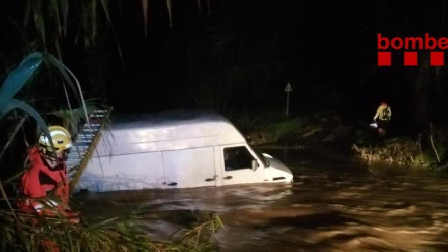 Els Bombers rescaten un home que s'havia quedat atrapat a dins de la seva furgoneta en un rec