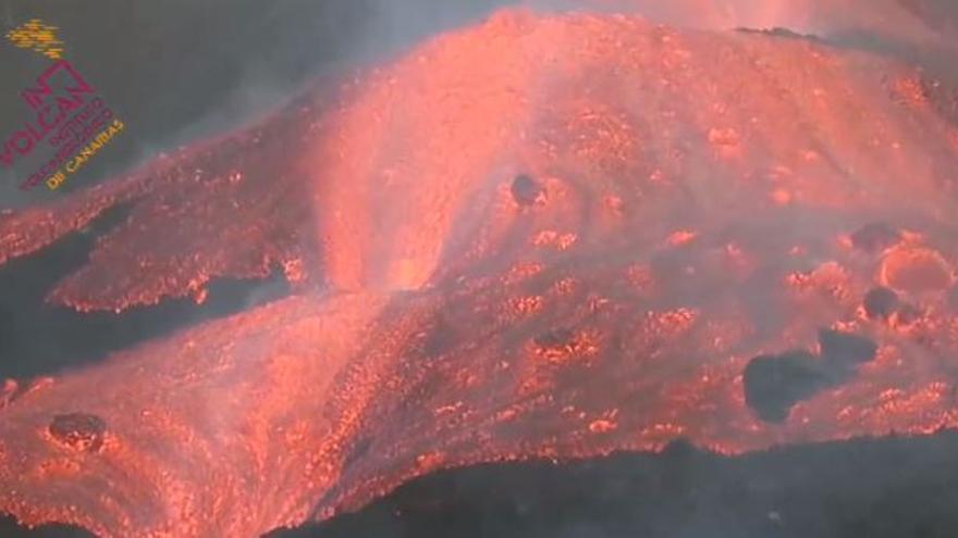 Desborde de la colada de lava en el cono principal del volcán de La Palma