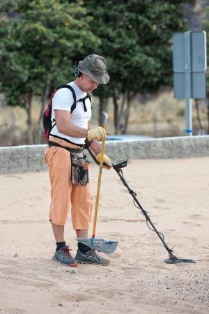 Julio César disfruta de sus vacaciones buscando metales entre la arena de Las Teresitas por segundo año consecutivo