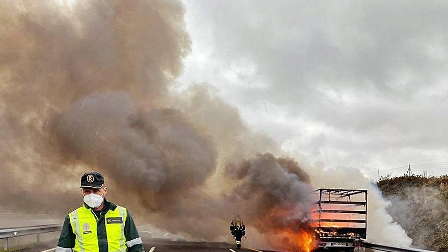 Su camión en llamas y él sale ileso