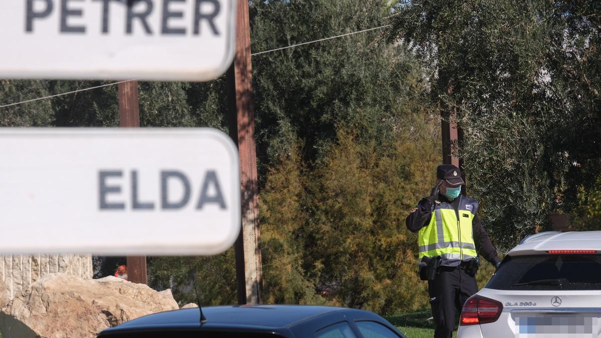 Uno de los controles policiales del pasado fin de semana en la conurbación de Elda y Petrer.