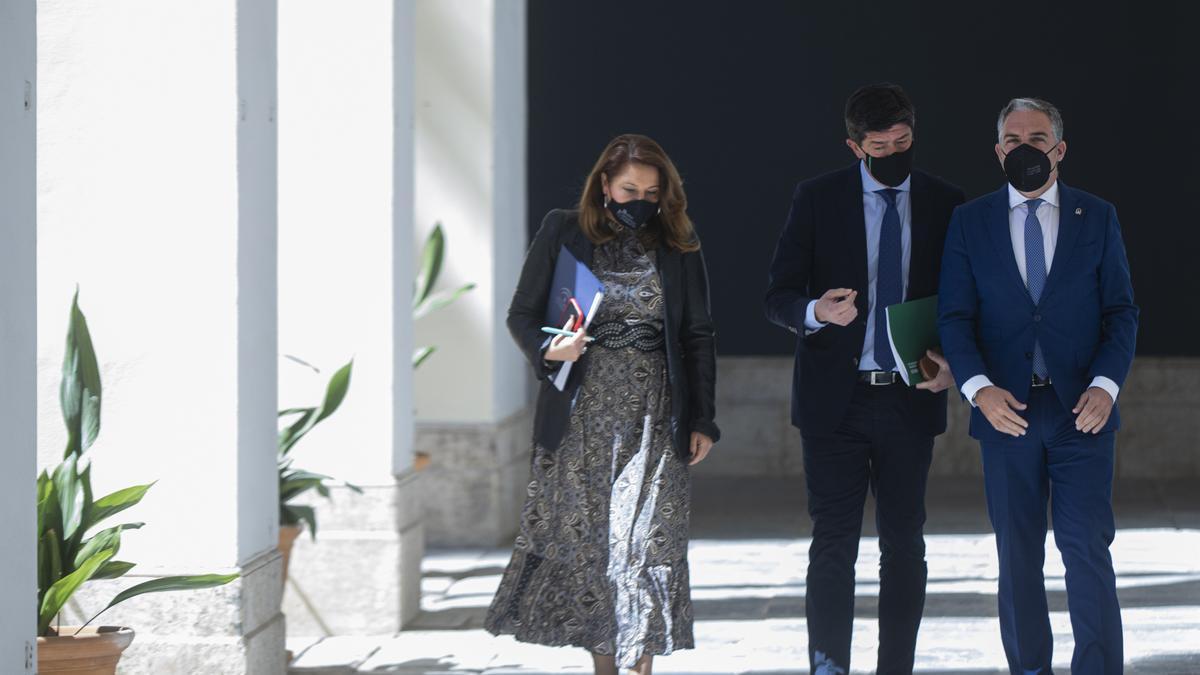 Carmen Crespo, Juan Marín y Elías Bendodo.