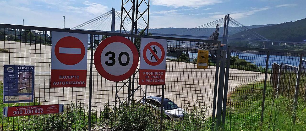 Las señales que advierten de la prohibición de acceder a la explanada de Duchess en Rande, ayer. |   // FDV