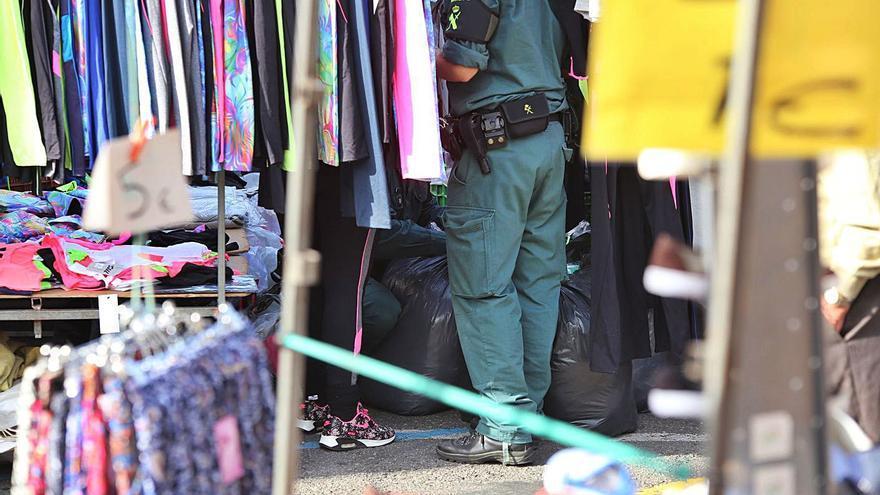 La Guardia Civil interviene cerca de 300 prendas falsificadas en la feria de Lalín