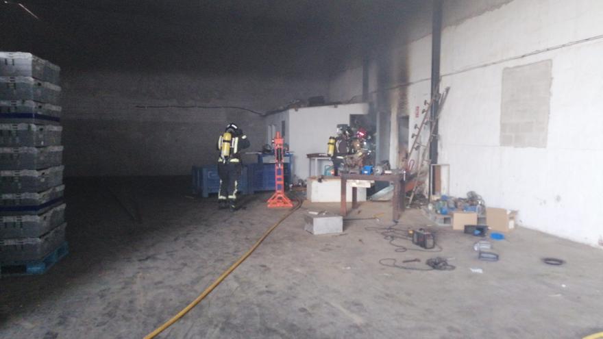Atendido de urgencia un hombre por respirar el humo de un incendio en Totana