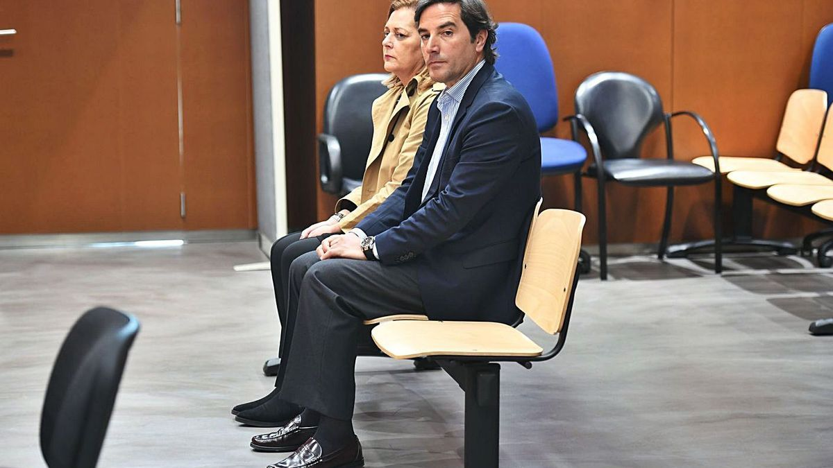 Ernesto Anido y Belia Vellón en 2019, en el juicio en la Audiencia.    // CARLOS PARDELLAS