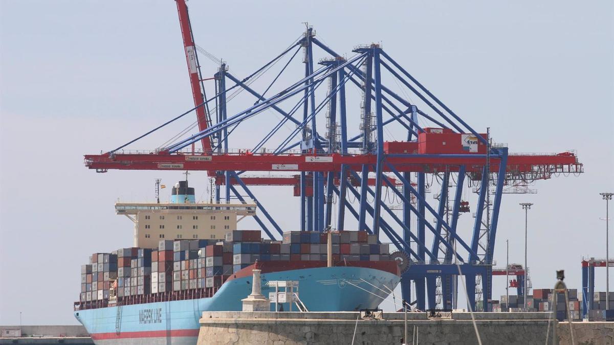 Un buque de mercancías en el puerto de Málaga