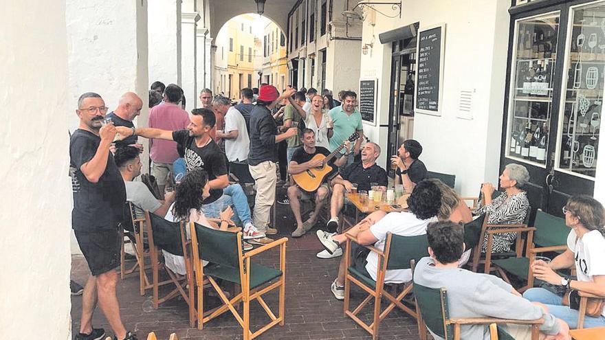 Más vigilancia policial en Ciutadella por Sant Joan después de un macrobotellón