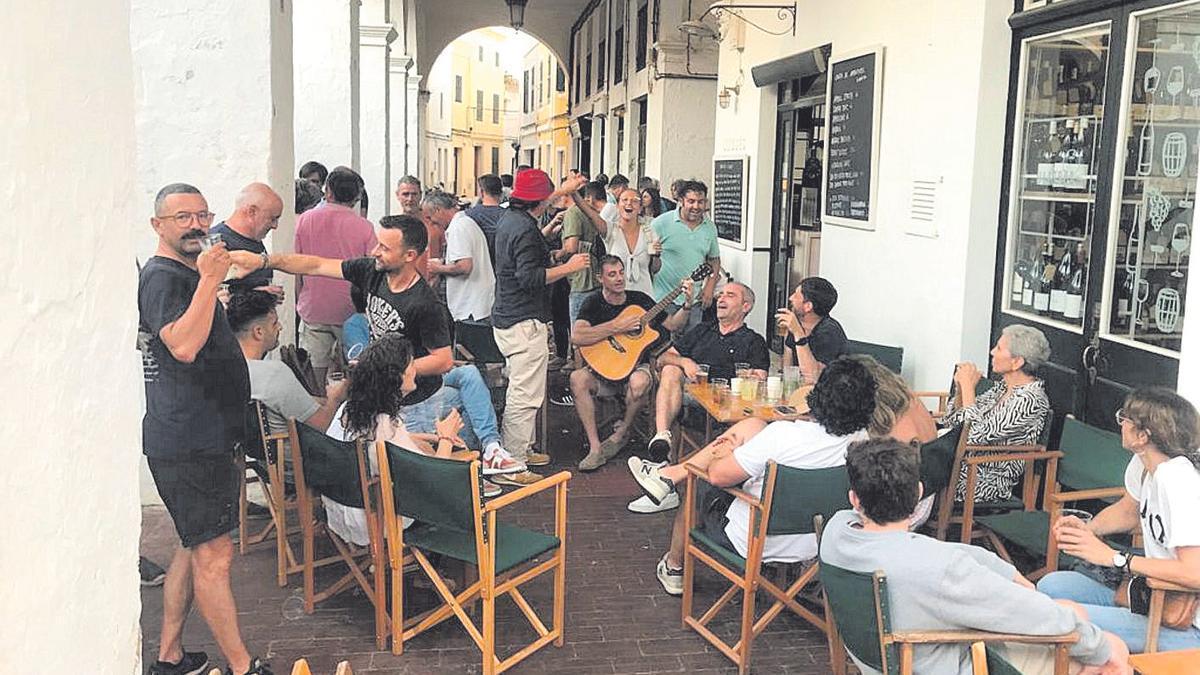 Muchos mallorquines se congregaron ayer en la plaza del Mercat des Peix.