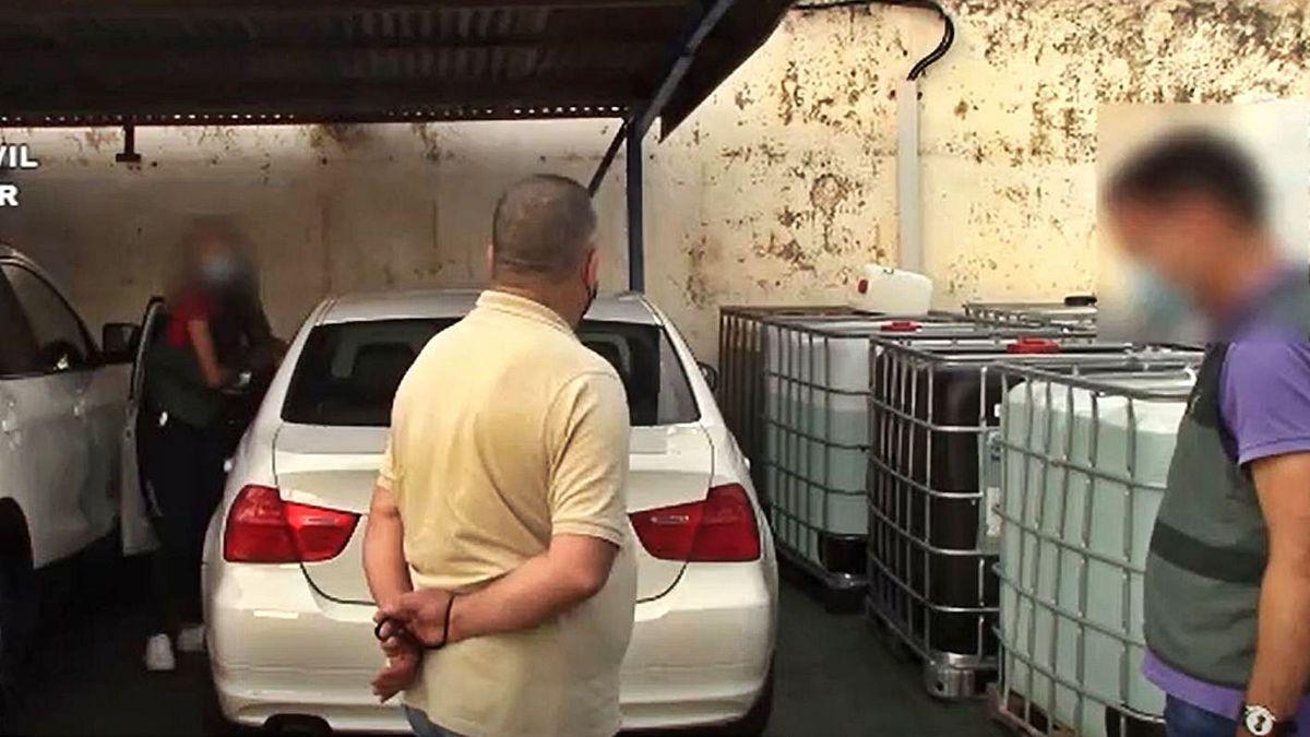 El detenido, ante el BMW 318 blanco en el que subió a Florina, ayer, en su empresa.