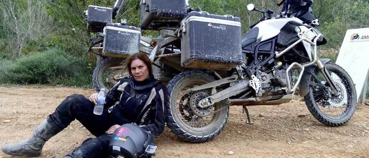 Judith Obaya, apoyada sobre su moto.
