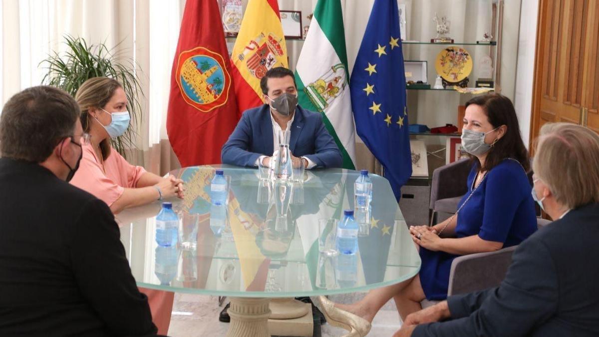 El alcalde y la delegada de Casco Histórico, en una reunión con la presidenta y directora ejecutiva de World Monuments Fund (WMF) y otros representantes de la entidad.