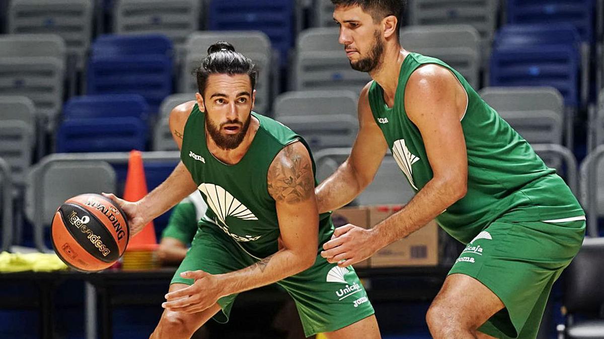 Francis Alonso, con el balón, defendido por Boutielle en un entrenamiento del Unicaja.   La Opinión de Málaga