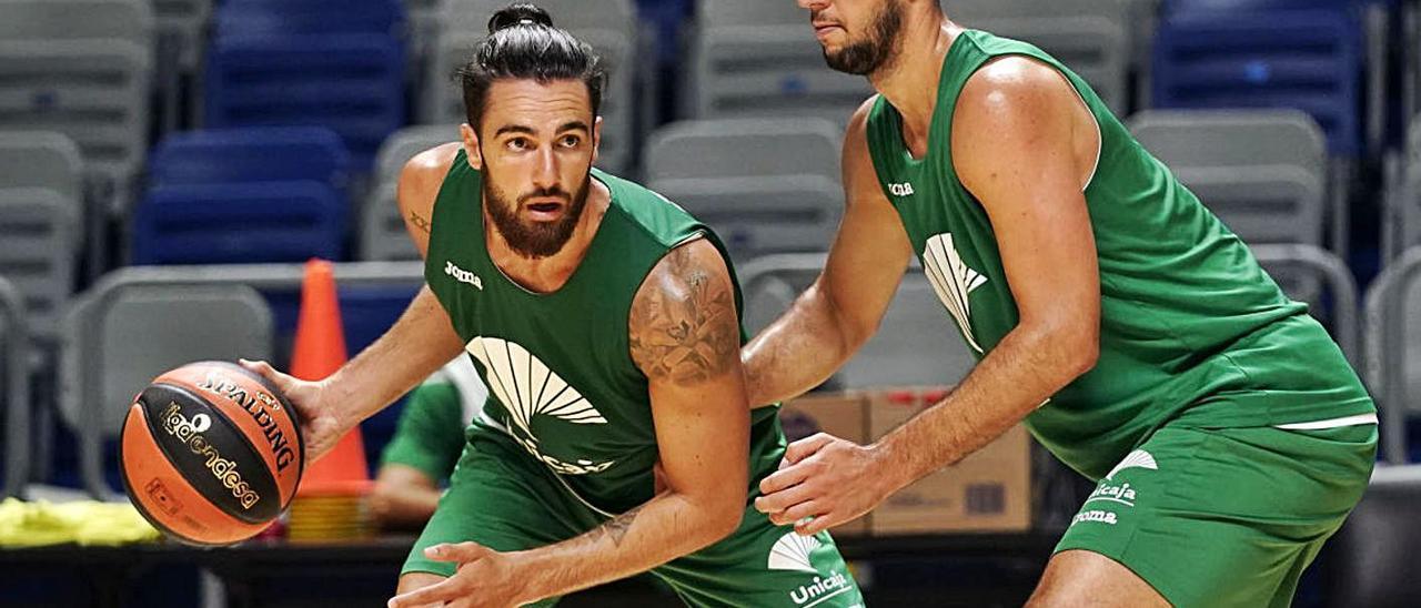 Francis Alonso, con el balón, defendido por Boutielle en un entrenamiento del Unicaja. | La Opinión de Málaga