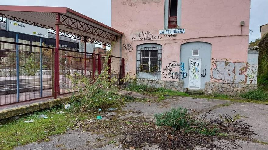 """Arrecian la quejas de los viajeros del tren entre Gijón y Laviana por el """"abandono"""" del servicio"""