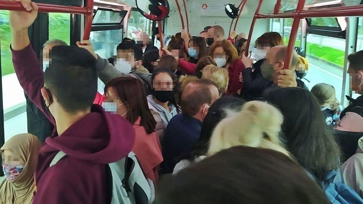 Usuarios de la línea 15 de Emtusa durante un trayecto, esta semana.