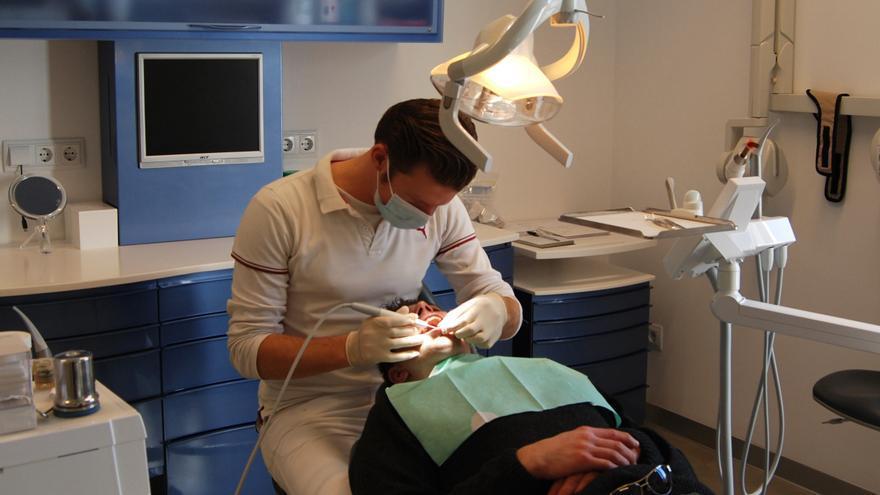 Los dentistas advierten de que una mala higiene bucal se relaciona con un peor pronóstico de coronavirus