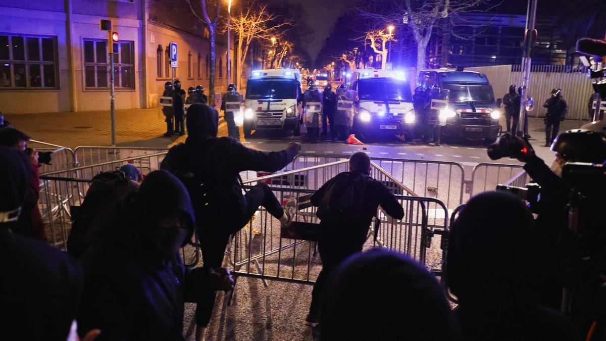Manifestantes de Barcelona lanzan adoquines a los Mossos.