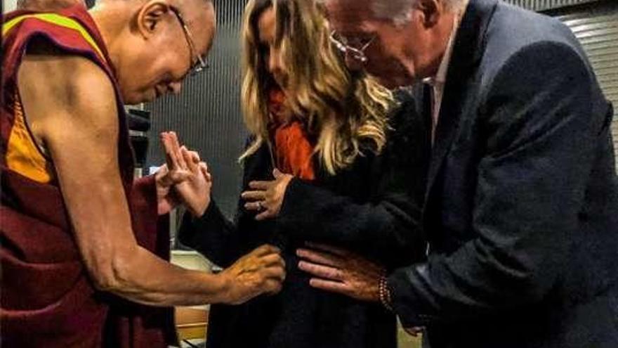 El Dalai Lama bendice al hijo nonato de Richard Gere