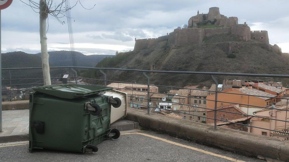 El vent bufa fort i ha tombat els contenidors a Cardona.